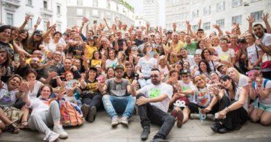 """Centinaia di ascoltatorisotto la sede di Radio 105 per il raduno dei fan di """"Tutto esaurito"""""""