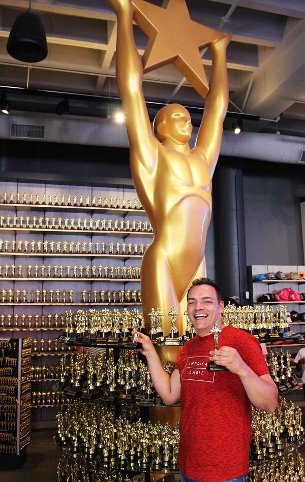 Igor Righetti con le statuette degli Oscar in un negozio di souvenirs di Hollywood boulevard. Foto Grigore Scutari