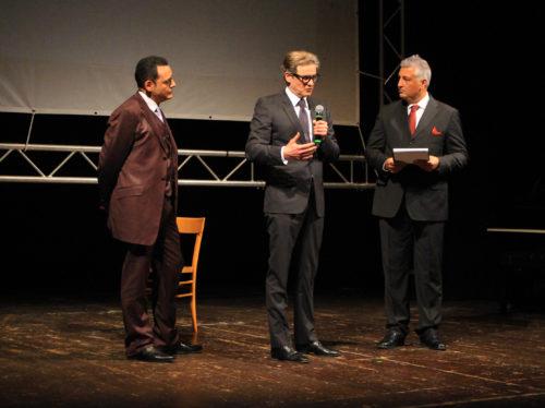 Colin Firth sul palco tra Igor Righetti e il conduttore del Premio Francesco Anania