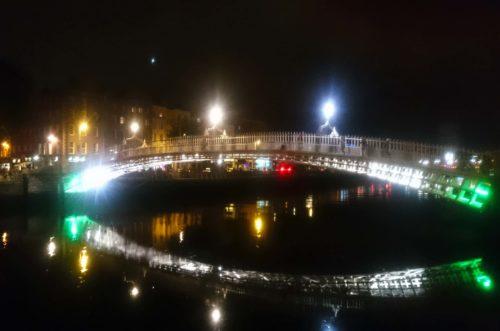 Il romantico ponte pedonale di ghisa Ha 'penny bridge del 1816 realizzato per unire le due sponde del fiume Liffey