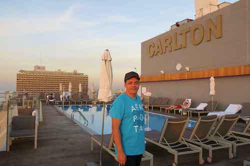 Dalla terrazza panoramica con piscina dell'hotel Carlton si domina tutta Tel Aviv