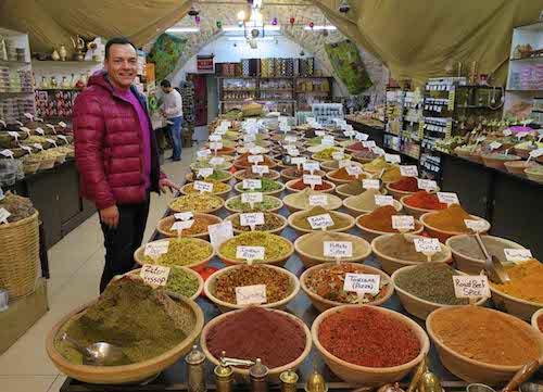 Igor Righetti in un negozio di spezie nella citta vecchia di Gerusalemme