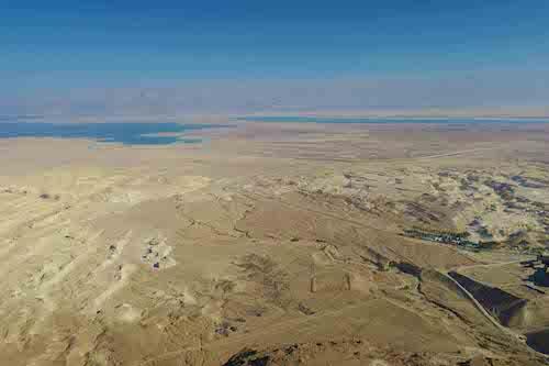 La vista dalla fortezza di Masada che si trova un altopiano roccioso pianeggiante isolato a 440 metri sul livello del Mar Morto