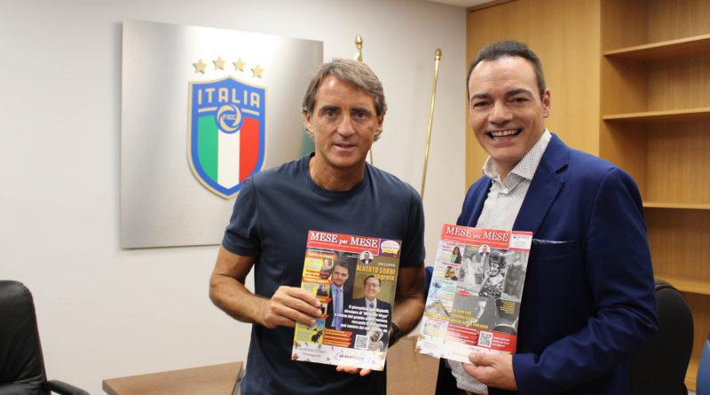Roberto Mancini con Igor Righetti e due numeri del mensile Mese per Mese diretto da Righetti