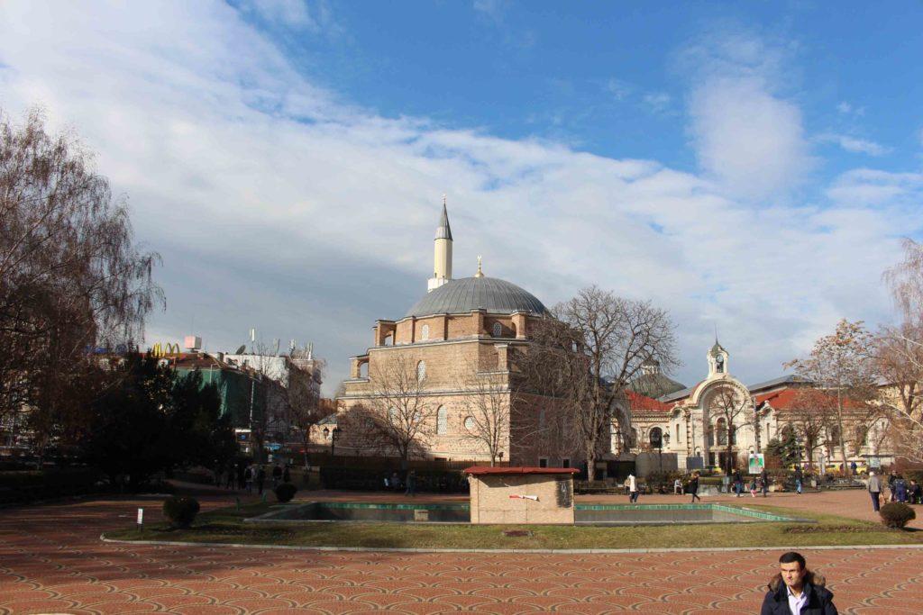 La moschea Banya Bashi, il mercato coperto e, sullo sfondo, la sinagoga