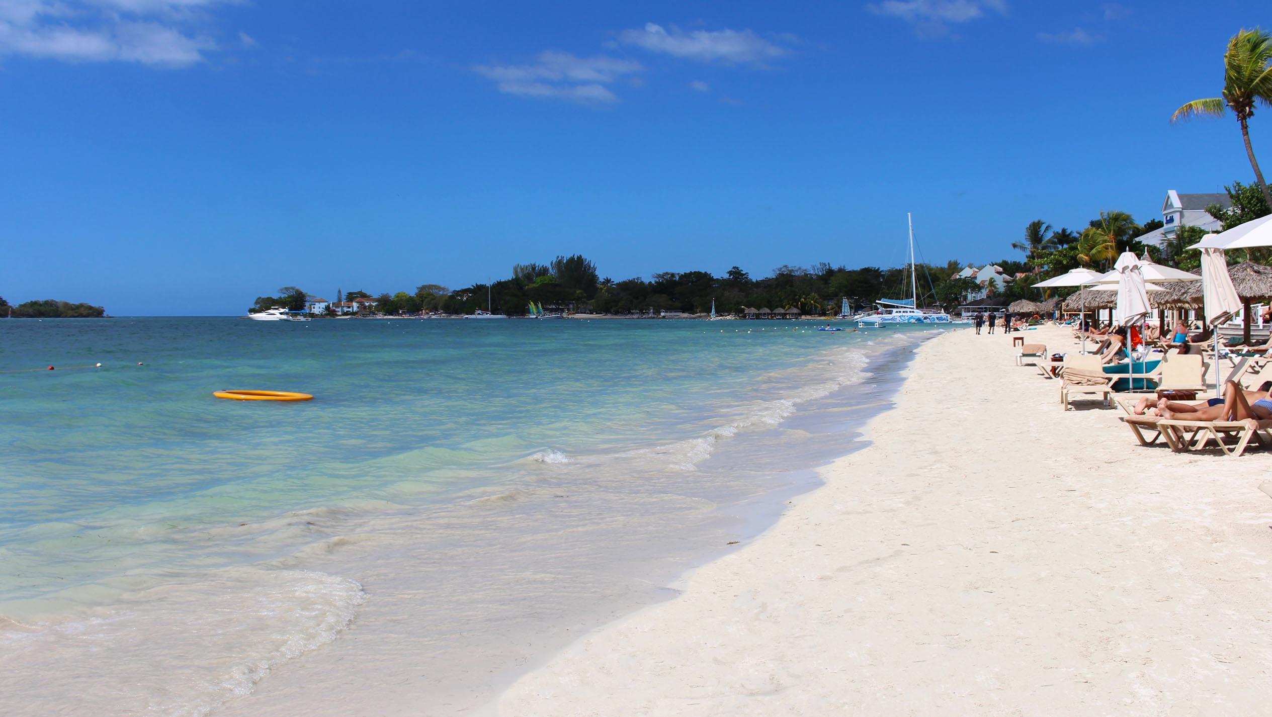 La meravigliosa spiaggia di Negril, conosciuta anche con il nome di perla dei Carabi, con i suoi 11 chilometri di sabbia bianca