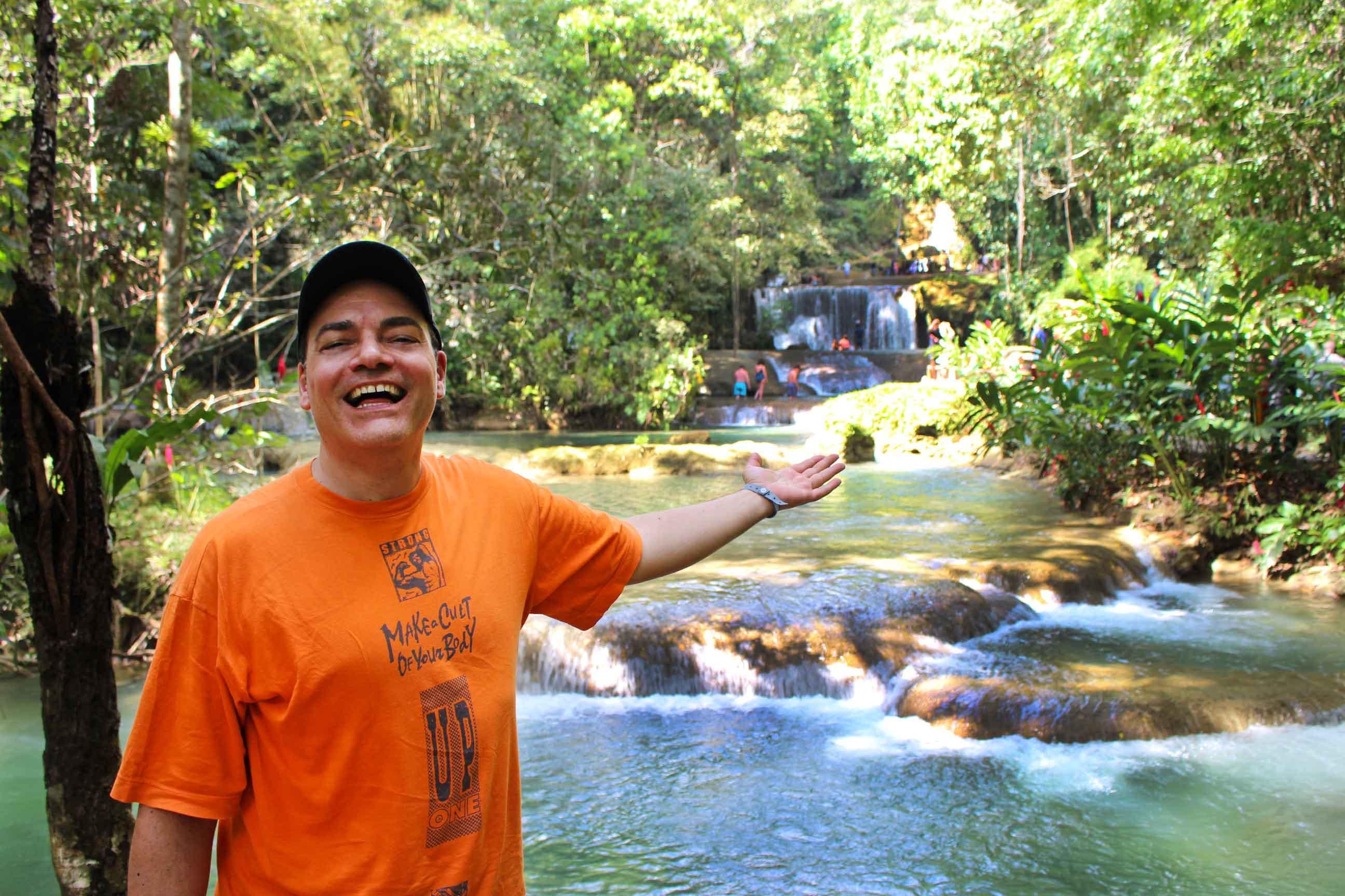 Le cascate Y.S. Falls, immerse in una vegetazione lussureggiante con fiori dai colori intensi, nella costa giamaicana del Sud