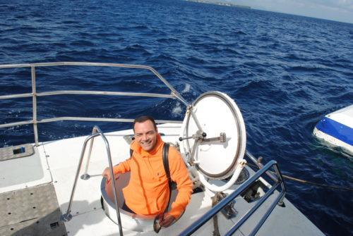 Igor Righetti entra nel sottomarino Blue Safari